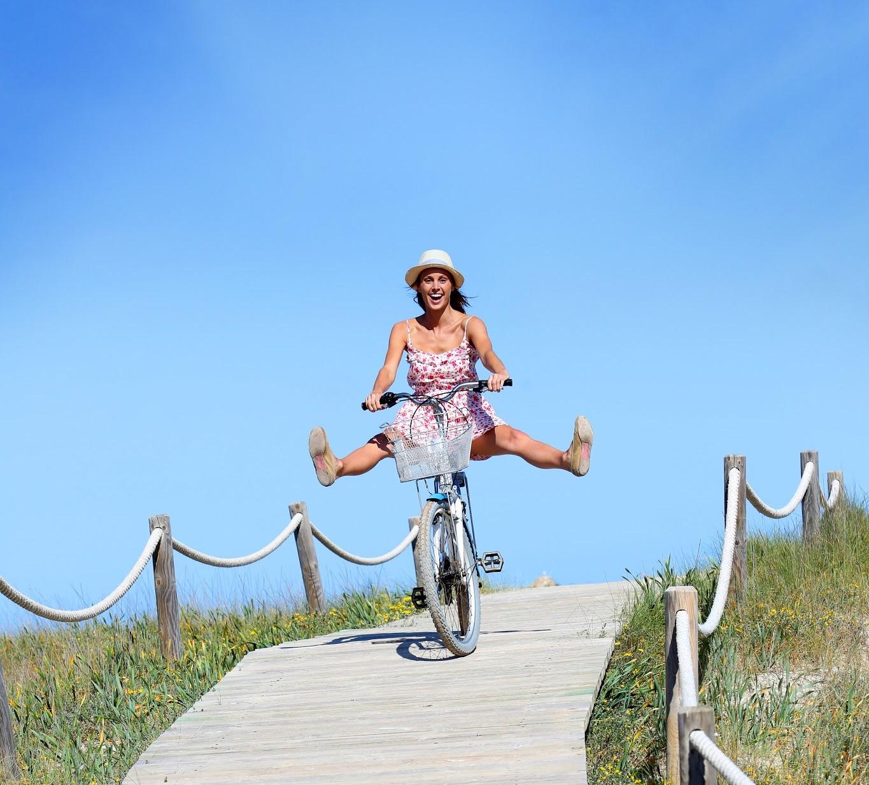 Mulher se diverte na bicicleta